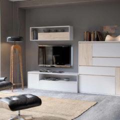 Composición de muebles de salón en roble y blanco de estilo moderno