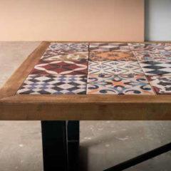 Mesa de centro de cerámica con marco de madera y pies metálicos en negro