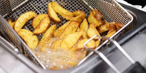 Freidora cocinando patatas con mucho aceite